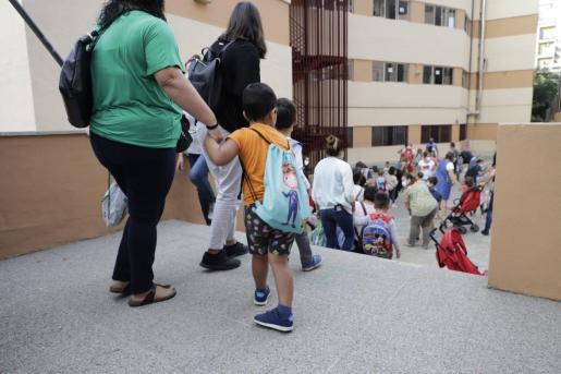 Imagen de los alumnos del colegio Aina Moll de Palma entrando.