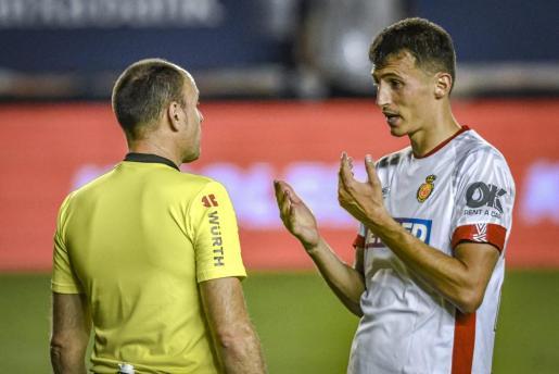 Budimir mantiene una conversación con el colegiado Mateu Lahoz en el partido Osasuna-Mallorca.