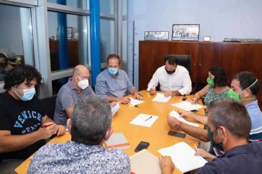 Momento de la firma del acuerdo entre la empresa y los trabajadores de la EMT.