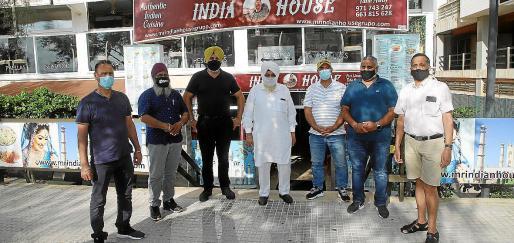 Ante la puerta del local donde tuvo lugar el encuentro, propiedad de Bahaour Singh (con turbante amarillo).