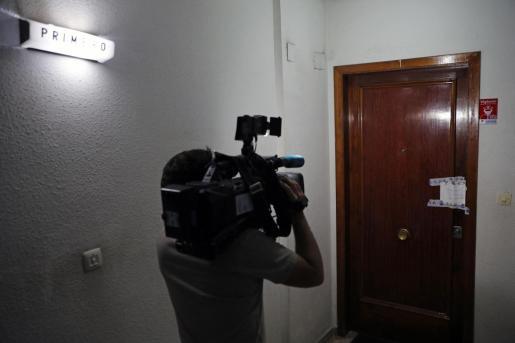 Imagen a las puertas del domicilio donde ha sucedido el supuesto caso de violencia machista.