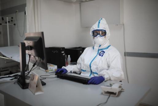 Un sanitario, en un centro de salud de Palma.