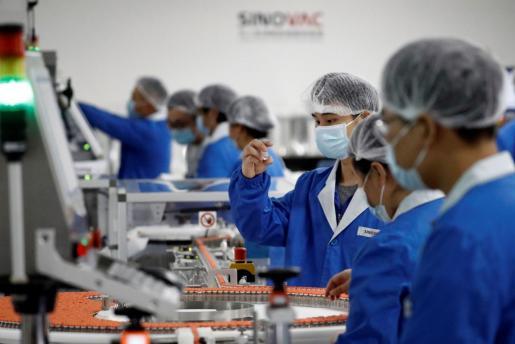 Trabajadores de Sinovac trabajando en la vacuna contra el coronavirus.
