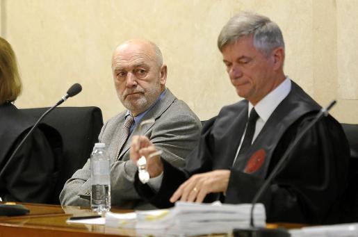 El juez MIquel Florit, junto a su abogado, Josep Zaforteza, durant e el juicio del 'caso Móviles'.