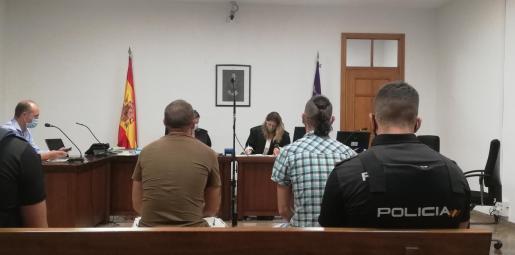 Dos de los tres procesados durante la vista ayer en un juzgado de lo Penal de Palma.