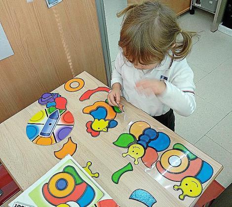 Una alumna de Educación Infantil, en plena actividad escolar.