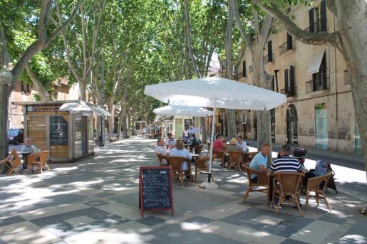 Imagen de archivo de terrazas en una calle del centro de la ciudad.