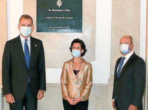 El Rey, durante la visita al Tribunal de Cuentas tras su remodelación, junto a la presidenta, María José de la Fuente, y el ministro de Justicia, Juan Carlos Campo.