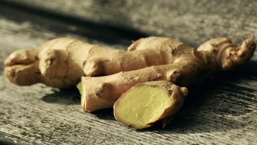 El jengibre es una raíz de una planta de la familia de las zingiberáceas que se caracteriza por un aroma y sabor picante peculiar.