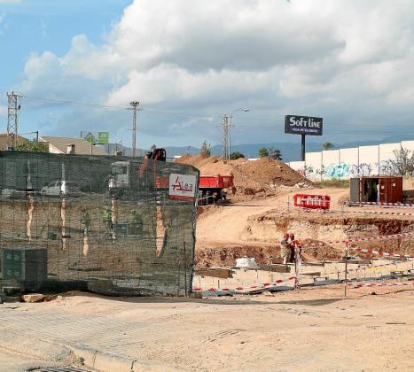 La construcción de 19 viviendas de protección oficial en la calle Salvador Espriu de Palma empezó en julio. En la parte inferior derecha, el aspecto final de la promoción.