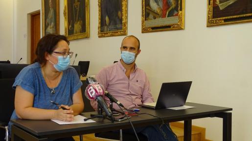 En la imagen, el alcalde Jaume Monserrat y Melania Mesquida, ambos regidores del PI.