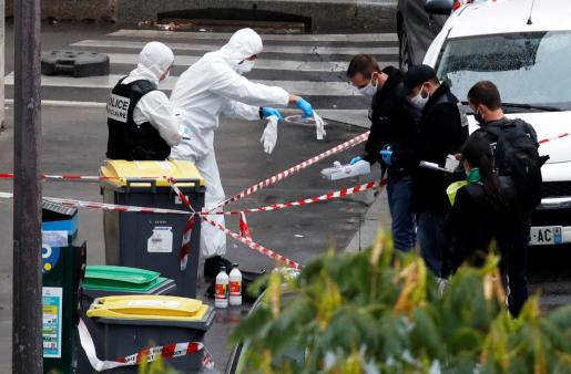 Investigadores en el lugar donde este viernes ha tenido lugar el ataque con cuchillo a viandantes en París.