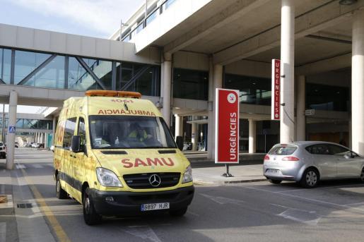 La mujer ha sido trasladada al Hospital Son Espases con un politraumatismo grave.