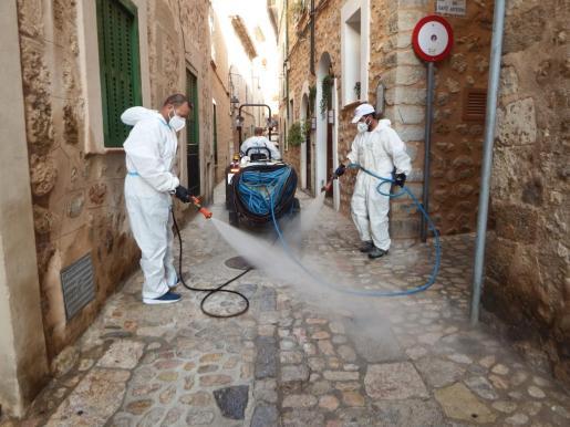 Desinfección de las calles de Sóller para frenar los contagios de coronavirus.
