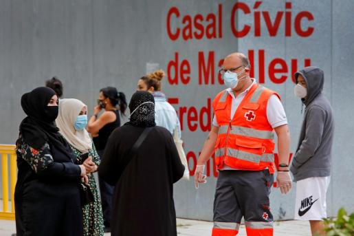 Varias personas esperan su turno para realizarse una PCR durante el cribado masivo que se lleva a cabo en la localidad de Manlleu (Barcelona).