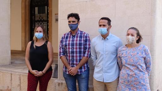 El secretario de organización de los socialistas de Mallorca, Miquel Àngel Coll junto a los regidores cesados del equipo de gobierno.