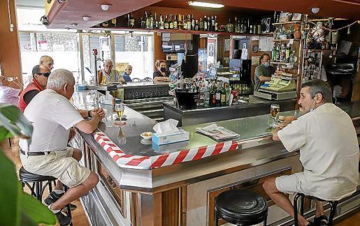 Clientes bebiendo en el 'Bar Chicho'.