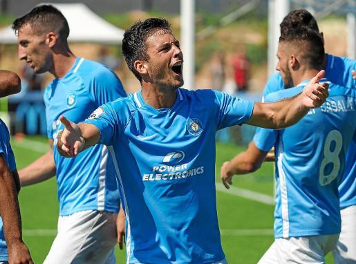 El delantero mallorquín Ángel Rodado celebra con la grada de Can Misses un gol del Ibiza.