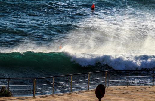 Olas formadas por el fuerte viento que se registra en Baleares.