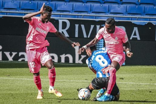 Los mallorquinistas Baba y Lago Junior presionan a Fran Mérida durante el partido de la jornada anterior contra el Espanyol.