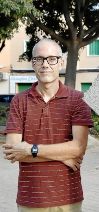 Albert Lobo posa en una plaza de Palma para la entrevista.