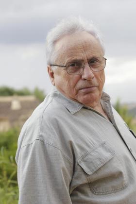 El autor Guillem Frontera, posando en su casa en Ariany.