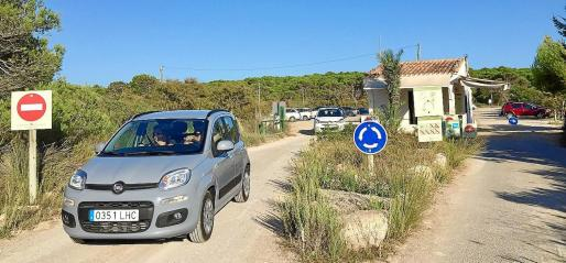 Imagen del aparcamiento de es Trenc con varios vehículos estacionados.