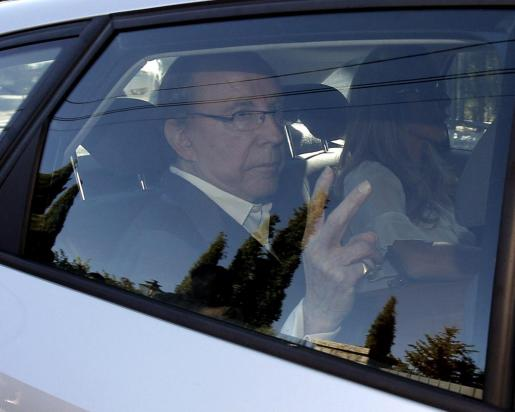 El empresario José Maria Ruiz Mateos, junto a su hija Begoña Ruiz-Mateos, en uno de los dos vehículos en los que han acudido los agentes de la Policía de Pozuelo para proceder a su detención.