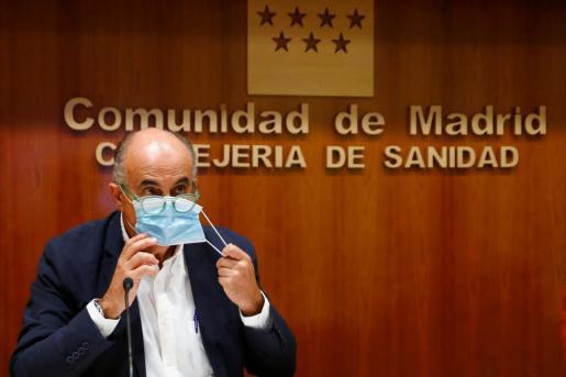 El viceconsejero madrileño de Salud Pública y Plan COVID-19, Antonio Zapatero, se quita la mascarilla a su llegada a una rueda de prensa convocada este viernes en la sede de la Consejeria de Sanidad, en Madrid, para anunciar la extensión a nuevas zonas de las medidas de restricción de la movilidad para frenar la expansión de la COVID-19.