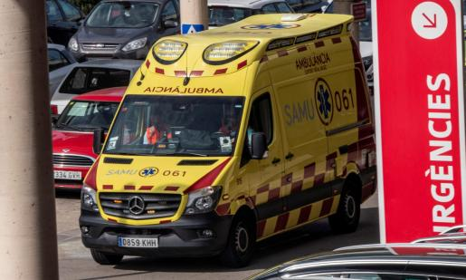Una ambulancia, llegando al hospital de Son Espases.