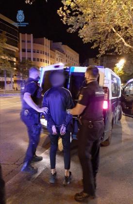 Los agentes le dieron el alto e inicialmente el joven conductor hizo caso omiso. Sin embargo, tras varios intentos, consiguieron detenerlo.