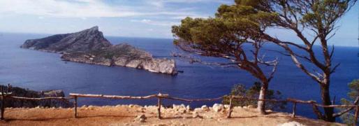 Desde Sant Elm en el oeste de la isla, la ruta lleva hasta las ruinas del Monasterio de la Trapa.