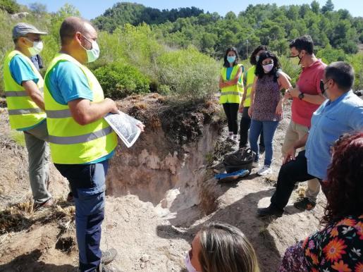 Los técnicos en el lugar de la excavación.