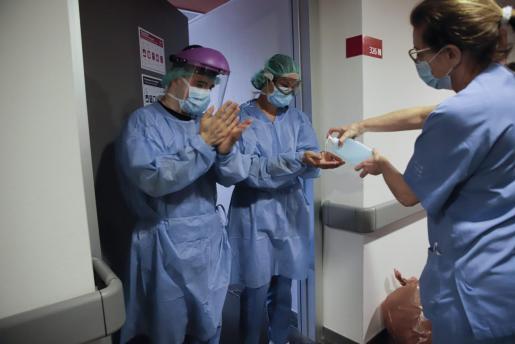 Varios sanitarios, en el hospital de Son Espases.