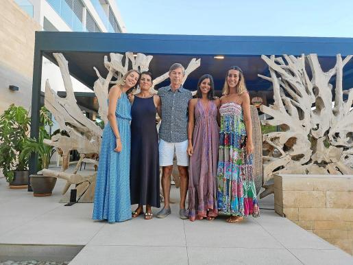 Catia Esterlich y Pedro Torres con sus hijas Ana, Carmen y Catalina Torres Esterlich.