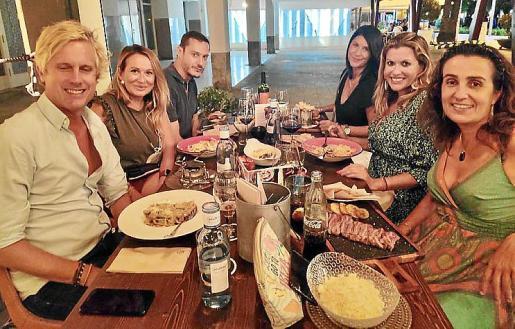 Lucila Siquier con Juan Pablo Rosano, Susana Frontera, Gori Ferrero, Cati Rexach y Nena Vallejo.