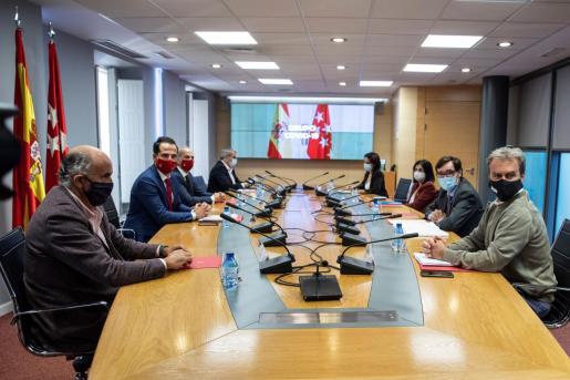 El ministro de Sanidad, Salvador Illa (2d); el director del Centro de Coordinación de Alertas y Emergencias Sanitarias del Ministerio, Fernando Simón (d); la ministra de Función Pública y Política Territorial, Carolina Darias (3d); el vicepresidente de la Comunidad de Madrid, Ignacio Aguado (2i), y el consejero de Sanidad de la Comunidad de Madrid, Enrique Ruiz Escudero (3i), entre otros, durante la reunión del Grupo COVID-19.