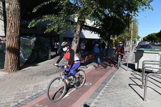 Varias personas pasean por las calles del barrio de García Noblejas, en el distrito madrileño de Ciudad Lineal.