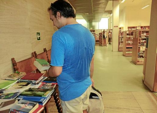 Jesús Estremila dejó a este diario que le fotografiara con su camiseta empapada por el sudor tras pasar, ayer, un rato por la mañana en la Biblioteca Can Salas de Palma, y antes de irse agobiado por el calor.