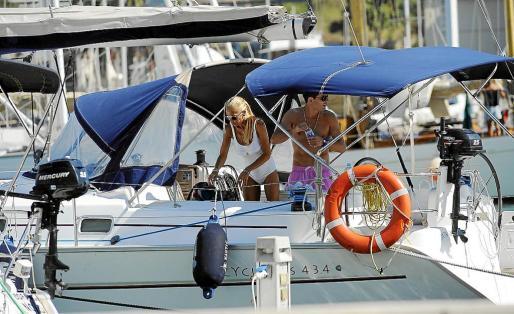 Fran y Belén embarcaron el lunes en un velero en el puerto de Maó para poder conocer Menorca desde el mar.