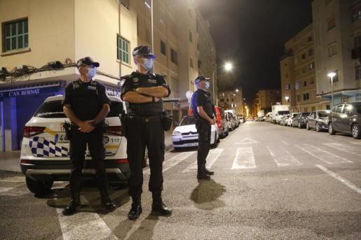 Los agentes vigilan que se cumplen las restricciones en Son Gotleu.