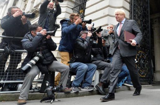 El primer ministro británico, Boris Johnson, es fotografiado por varios reporteros a su salida de una reunión del gabinete político en Downing Street, en Londres.