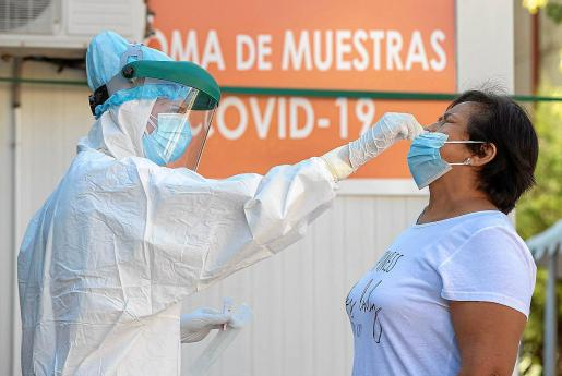 Los test de antígenos también se hacen a partir de una muestra (obtenida del fondo de la boca, de la nariz o de esputo) de mucosa. Es el mismo procedimiento que se utiliza en las pruebas PCR.