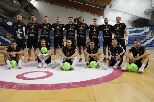 Los jugadores y el entrenador del Palma Futsal, Antonio Vadillo, posan para este diario sobre el parqué del Palau d'Esports de Son Moix.
