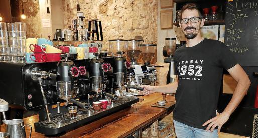 Toni Vallcaneras, junto a las máquinas de café en el Arabay Coffee Roasters de Via Sindicat de Palma.