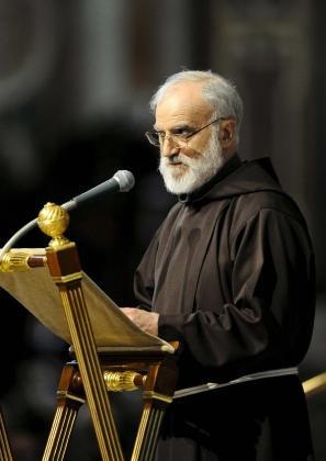 El predicador de la Casa Pontificia, el franciscano Raniero Cantalamessa.