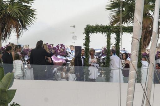 El dj y productor internacional, David Guetta y su mujer, Cathy, han celebrado su 20 aniversario de boda en la exclusica discoteca Lío de Ibiza.