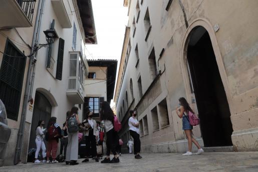 Alumnos en la entrada del colegio histórico de Montesión, en el centro de Palma.