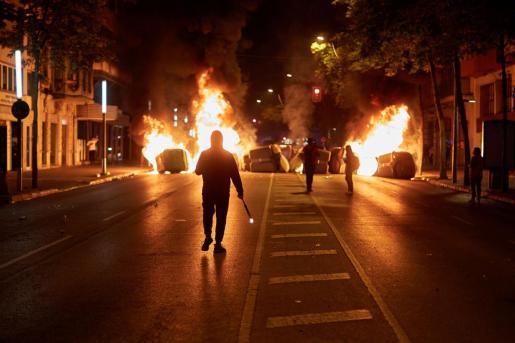 Varios contenedores incendiados durante la concentración convocada por los Comités de Defensa de la República (CDR) en Girona.