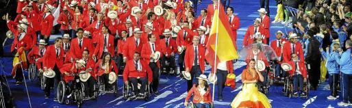El equipo paralímpico español, con la nadadora Teresa Perales como abanderada, durante la ceremonia de apertura de los Juegos Paralímpicos de Londres 2012, hoy en la capital inglesa.